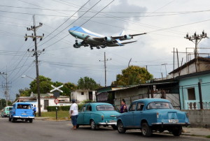 Air Force One carrying U.S. President Barack Obama and his family flies over a neighborhood of Havana as it approaches the runway to land at Havana's international airport, March 20, 2016. REUTERS/Stringer FOR EDITORIAL USE ONLY. NO RESALES. NO ARCHIVE. TPX IMAGES OF THE DAY